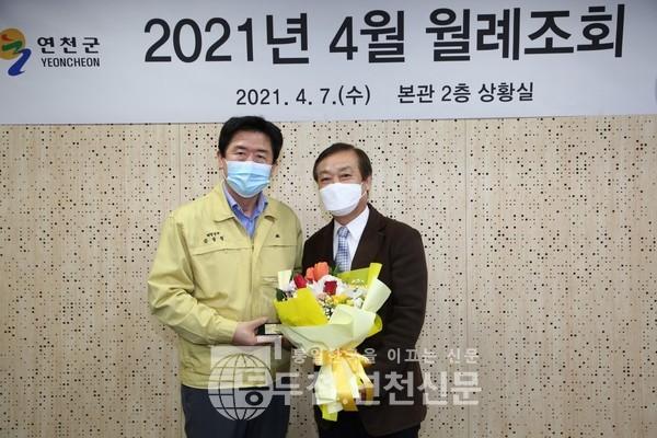 사단법인 세계밀리터리룩 페스티벌 이사장이 김광철 연천군수로부터 감사패를 받았다.